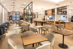 A restaurant or other place to eat at Hilton Garden Inn Umhlanga Arch