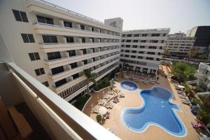 Uitzicht op het zwembad bij Coral Suites & Spa - Adults Only of in de buurt