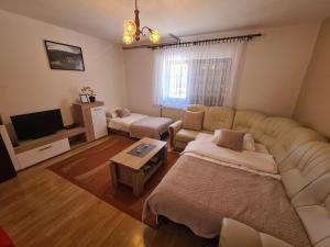 Ein Sitzbereich in der Unterkunft Apartment & Room Monika
