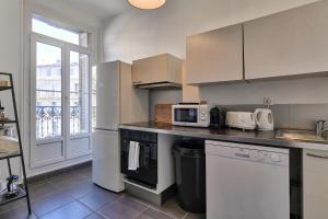A kitchen or kitchenette at NOCNOC - Le Balcon de Colbert