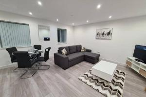 A seating area at Luton 2 Bedroom Apartment Home from Home