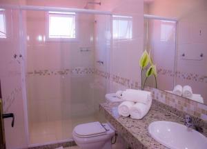 A bathroom at Hotel Ilha Branca Inn