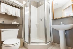 Un baño de Canmore Inn & Suites