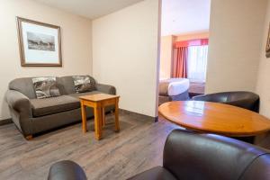 Zona de estar de Canmore Inn & Suites
