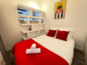 A bed or beds in a room at Le Grand Lovely CityCenter - Wifi-Netflix-Baignoire - by AndersLocation