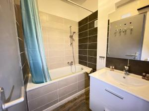 A bathroom at Le Grand Lovely CityCenter - Wifi-Netflix-Baignoire - by AndersLocation