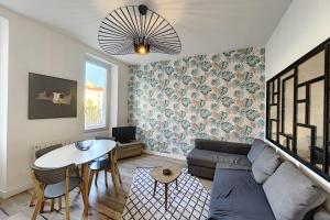 A seating area at UNIQUE Renovated apartment near downtown and notre dame de la garde
