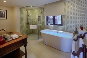 Ein Badezimmer in der Unterkunft La Residencia . A Little Boutique Hotel & Spa