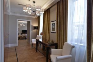 Гостиная зона в Grand Hotel Yerevan - Small Luxury Hotels of the World