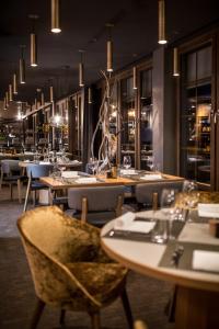 Restaurant ou autre lieu de restauration dans l'établissement HUUS Gstaad