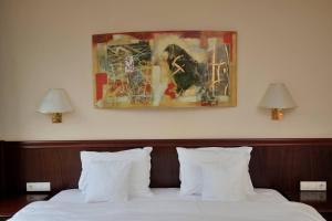 Un pat sau paturi într-o cameră la Zan Hotel