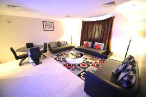 O lounge ou bar de Janadriyah suites 13