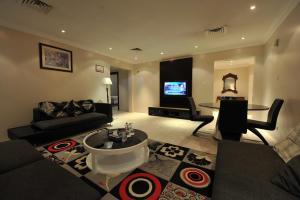 Uma área de estar em Janadriyah suites 13