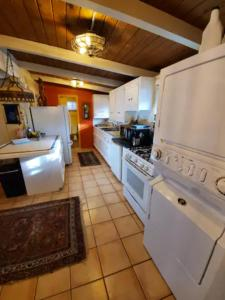 A kitchen or kitchenette at Cozy Sedona Cottage with Private Creek Access