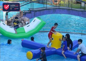 The swimming pool at or close to Klub Bunga Butik Resort