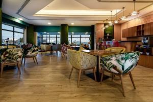 مطعم أو مكان آخر لتناول الطعام في Phoenicia Tower Hotel And Spa