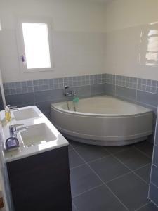A bathroom at les Mazets de l'auzonnet
