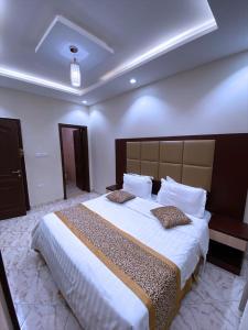 Cama ou camas em um quarto em اجنحة لمار للشقق المفروشة