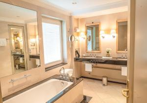 Een badkamer bij Brenners Park-Hotel & Spa - an Oetker Collection Hotel