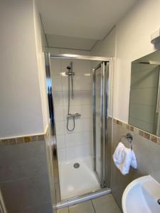 A bathroom at Wendover Arms Hotel