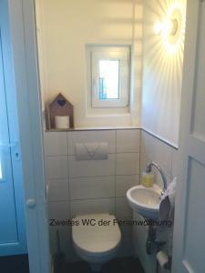 A bathroom at Ferienhaus Us lütt Hus und das Zimmer Linde im Haupthaus