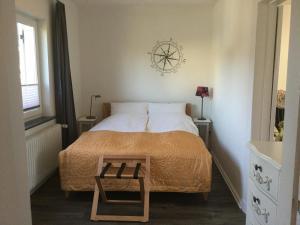 A bed or beds in a room at Ferienhaus Us lütt Hus und das Zimmer Linde im Haupthaus