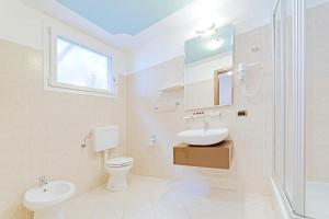 A bathroom at Hotel Grotto Bagat