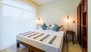 A bed or beds in a room at Punto Mita Suites
