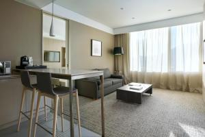 A seating area at Courtyard by Marriott Santiago Las Condes