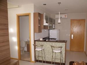 A kitchen or kitchenette at Duplex Apto Setor Hoteleiro Norte