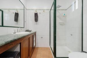 A bathroom at Georgian Motor Lodge
