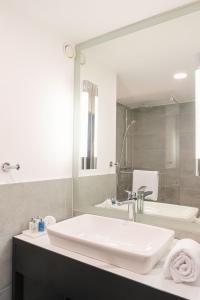 A bathroom at Radisson Blu Hotel Dortmund