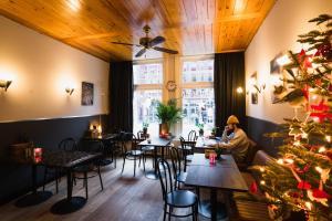Een restaurant of ander eetgelegenheid bij Hotel La Bohème