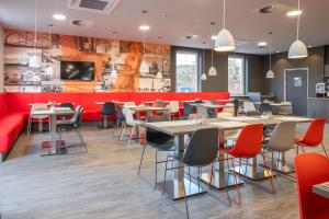 A restaurant or other place to eat at Campanile Duisburg City