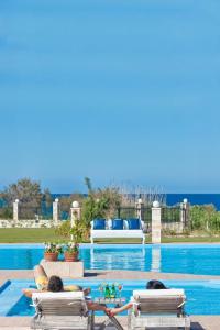 Бассейн в Mrs. Chryssana Beach Hotel или поблизости