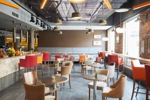 Um restaurante ou outro lugar para comer em Scandic Wroclaw