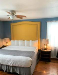 A bed or beds in a room at Hollander Hotel - Downtown St. Petersburg