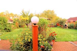 A garden outside Wohlfühlferienhaus Berlin- Wellness, Pool beheizt, Sauna, Spielplatz