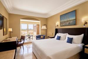 سرير أو أسرّة في غرفة في Steigenberger Resort Achti