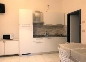 A kitchen or kitchenette at Appart-Hotel Holiday