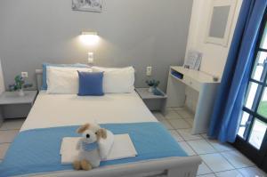 Кровать или кровати в номере Julies Apartments