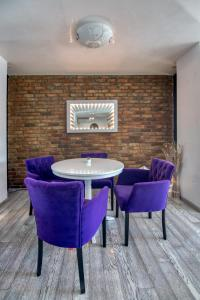 A seating area at KUBIQ Residence