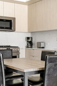 A kitchen or kitchenette at Stay Gia New Modern Chic 2 Br Apartment By LAX 4 Ppl