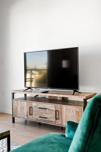 A television and/or entertainment center at Stay Gia New Modern Chic 2 Br Apartment By LAX 4 Ppl