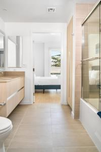 A bathroom at Stay Gia New Modern Chic 2 Br Apartment By LAX 4 Ppl