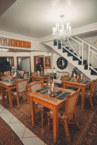 Um restaurante ou outro lugar para comer em Pousada Vila Natal - Art Gallery