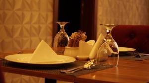Um restaurante ou outro lugar para comer em EVA Hotel