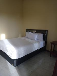 A bed or beds in a room at Kaesa Homestay