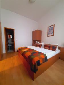 Ein Bett oder Betten in einem Zimmer der Unterkunft Altwernigeröder Apparthotel