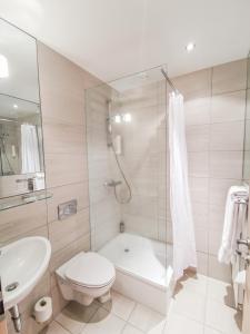 A bathroom at Fosshotel Husavik